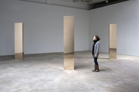 Monolito em galeria